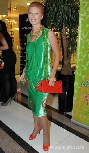 Зеленое платье с красными бусами