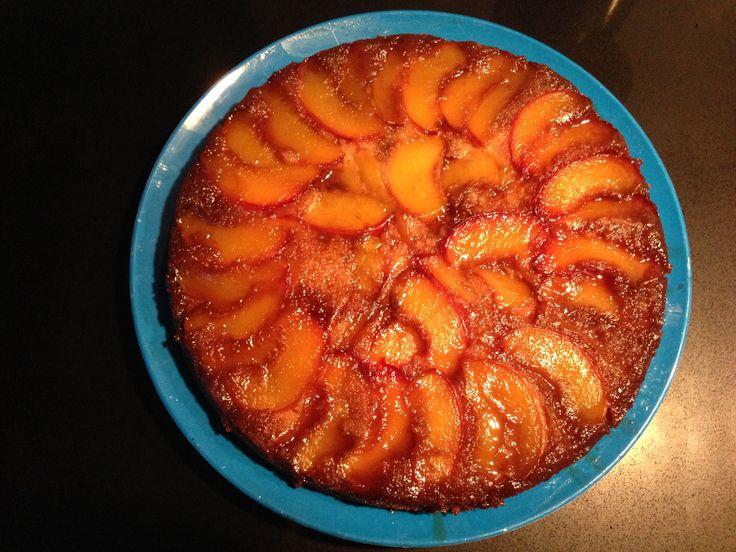 Recept voor een zoete perzikentaart. Dezelfde werkwijze als een tarte tartin: je maakt hem op de kop, maar uiteindelijk komen de perziken bovenop te liggen!