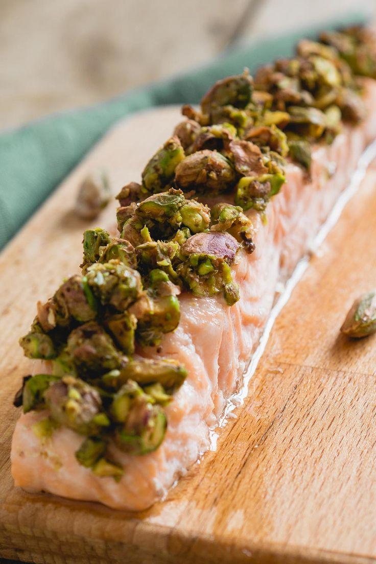 Zalm met pistachekorst is een snel recept voor op drukke dagen. De combinatie van zalm, pistachenoten en mosterd is heerlijk en ziet er heel chique uit terwijl het ontzettend makkelijk is.