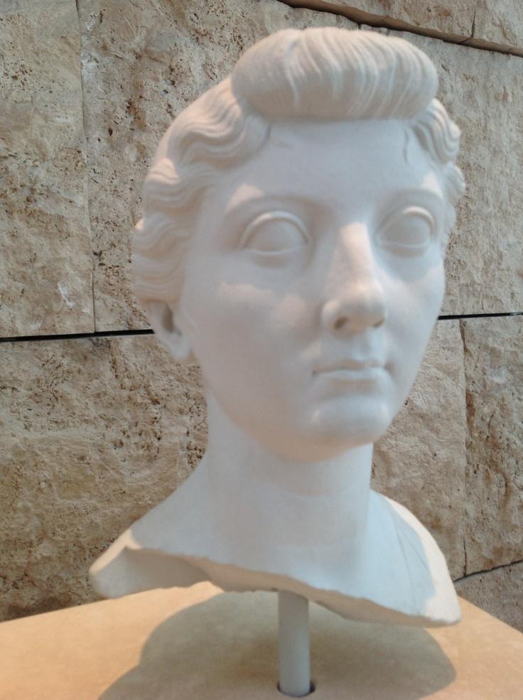 Ecco Livia, la moglie di Augusto. L'altare fu consacrato nel giorno del suo compleanno. Roma-ntico! #roma #invasionidigitali #microma #arapacis