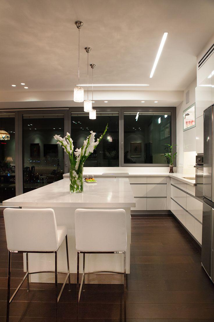 modern kitchen design  by dana shaked מטבח מודרני בשילוב אי רחב בדירת יוקרה בתל אביב. עיצוב - דנה שקד