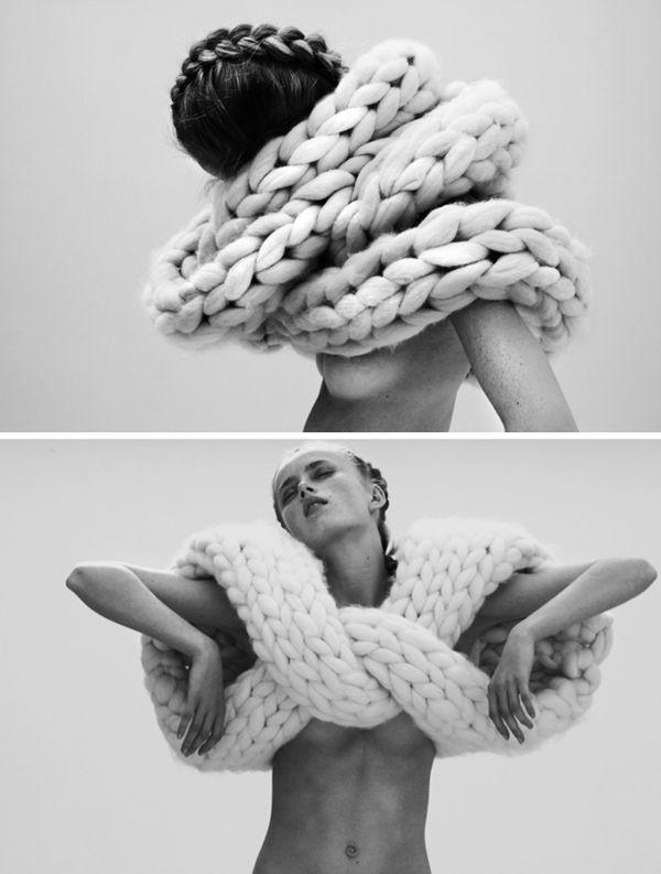 Echarpe à très grosses mailles. Rapide à tricoter, encore faut-il trouver une laine de cette épaisseur...