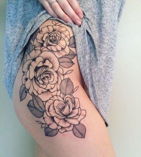 rosas blanco y negro tatuaje en pierna