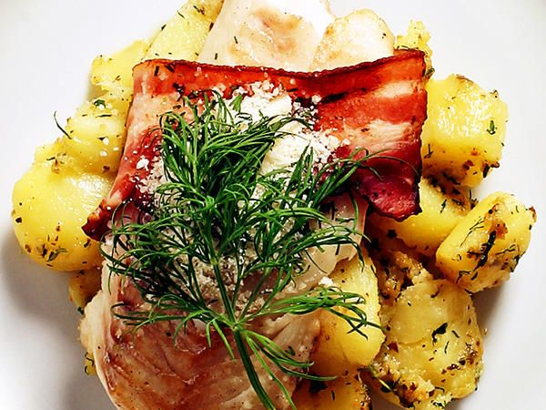 Baconlindad torsk med pestopotatis
