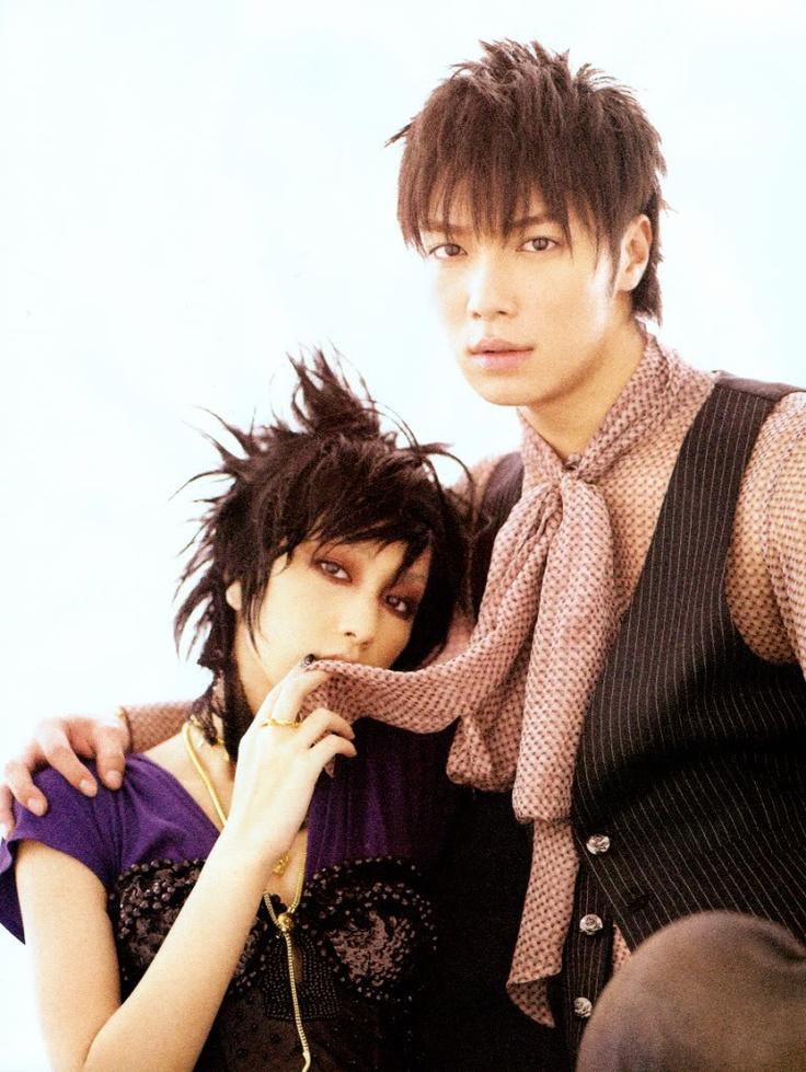 Nakashima Mika (中島 美嘉) and Narimiya Hiroki (成宮 寛貴).  They played Nana and Nobu in the Nana films.