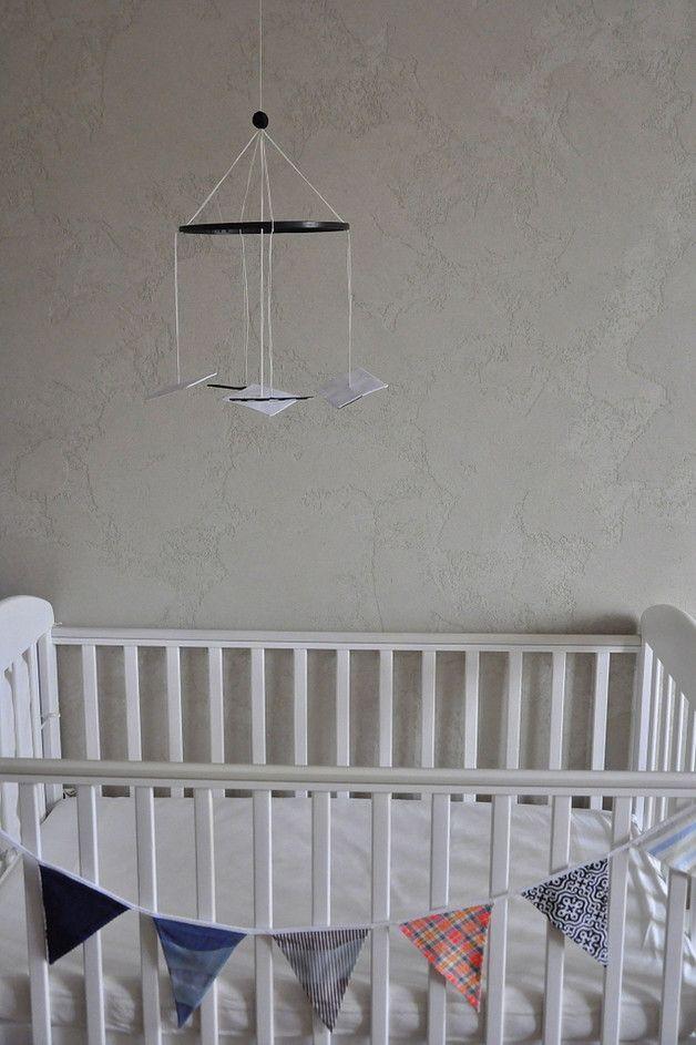 **Kontrastowa czarno-biała karuzela dla noworodków wykonana zgodnie z duchem metody Montessori.**  To **pierwsza z serii karuzel Montessori**, którą prezentuje się dziecku od narodzin do ok. 4...