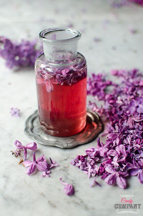 Przygotowanie syropu z kwiatów jest naprawdę proste i nie wymaga czasu, ani specjalnych sprzętów, warto więc zrobić choć butelkę. Możecie skusić się na syrop z bzu lilaka, czasu już nie zostało dużo, bo bez powoli przekwita. Syrop jest pyszny, pięknie pachnie bzem (jakże by inaczej ) i można go wykorzystać na wiele smacznych sposobów – […]