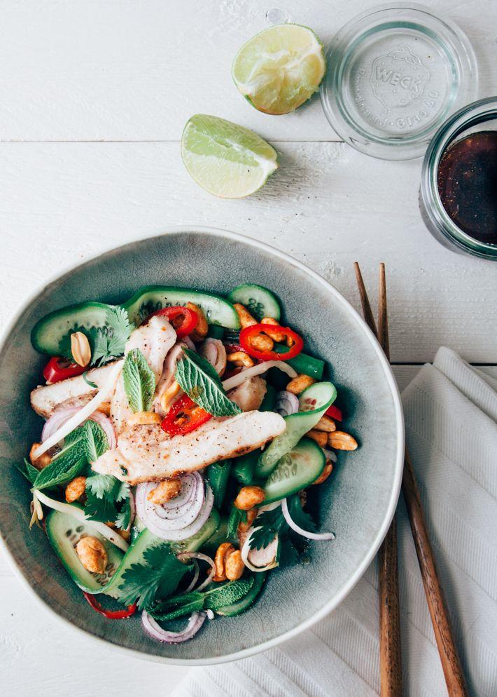 Frisse Thaise salade met gebraden kip, groenten en limoendressing