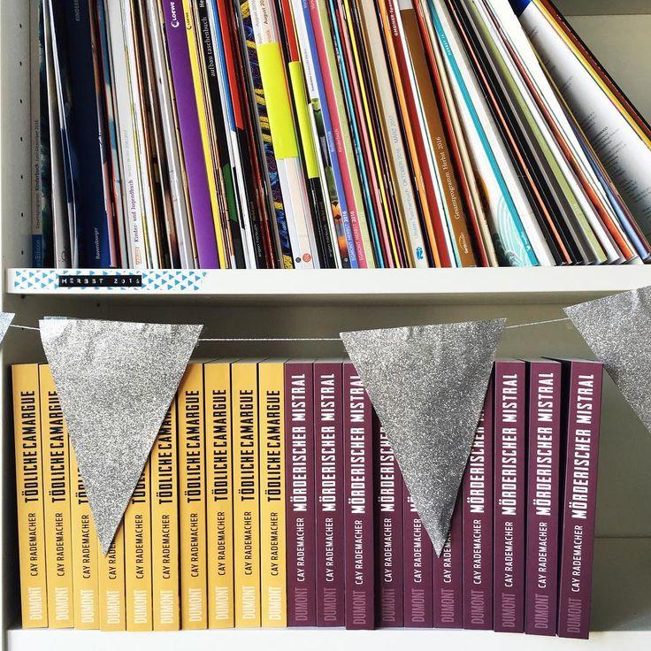 Vorschauen oder Bücher - in was stöbert ihr aktuell am liebsten? 😉 📚  Die provenzalischen Krimis aus dem @dumontbuchverlag könnten übrigens bald euer Bücherregal schmücken: Den Link zur Verlosung gibt's im Profil!  #vorschau #herbstvorschau #cayrademacher #lovelybooks #buchverlosung #gewinnspiel #dumont
