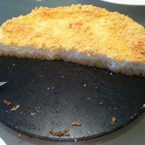 Муку, разрыхлитель, 0,5 стакана сахара перемешать и добавить нарезанный тонкими кусочками масло. Все ингредиенты перемешать руками — должна получиться мучная крошка — это и есть тесто.