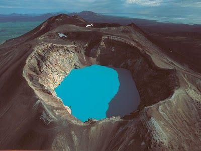 MALY #SEMIATCHIK - We wschodniej Kamczatce, 15 km od czynnego wulkanu Karymsky znajduje się aktywny wulkan Maly Semiatchik o wysokości 1560 metrów. Na wulkan składa się szeroka na 10 km kaldera oraz jezioro w kraterze Troitsky. Maly Semiatchik obejmuje trzy stratowulkany: Paleo-Semiatchik (najstarszy, 1560 m), Meso-Semiatchik o częściowo wypełnionym kraterze oraz Ceno-Semiatchik z aktywnym kraterem Troitsky i termalnym jeziorem kwasu.