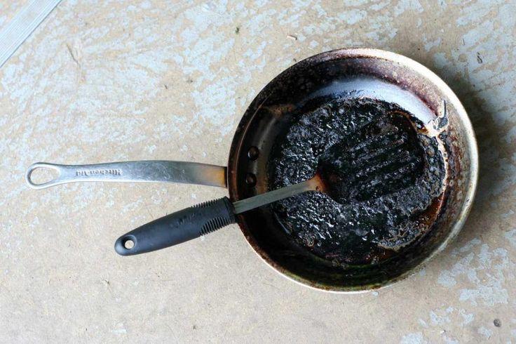 Het kan iedereen overkomen, je bent even met iets anders bezig en ineens ruikt het wel heel erg raar. O, nee: je eten is aangekoekt in de pan! We geven je vandaag een paar handige huis, tuin en keukentips om je pan weer blinkend schoon te maken. Cola Heb je een aangekoekte pan en cola …