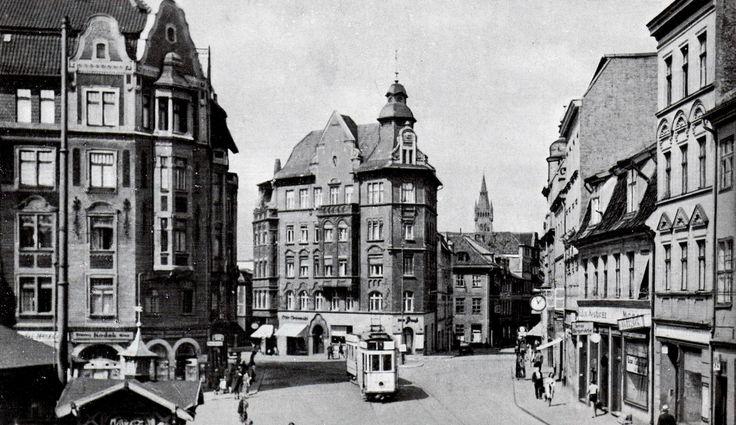Königsberg Pr.   Über den Neuen Markt geht der Blick nach Westen auf den Turm der Schlosskirche. Der Neue Markt befand sich in Löbenicht am nördlichen Ufer des Neuen Pregels. Ganz in der Nähe standen das Realgymnasium, die Löbenichtsche Kirche und die katholische Probsteikirche. 1930er Jahre