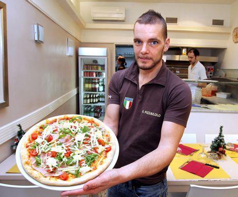 Il Pizzaiolo : viva la Toscane !  Mario et Milena, jeunes amoureux venus de Toscane, ont ouvert leur pizzeria face au cinéma Le Royal à quelques mètres de la Comédie. Toute l'équipe est italienne, comme les produits cuisinés sur place qui viennent directement de là-bas. Sur place ou à emporter. 14 rue Boussairolles. Du mardi au dimanche, de 12h à 14h et de 19h à 23h. 04 67 86 36 91.