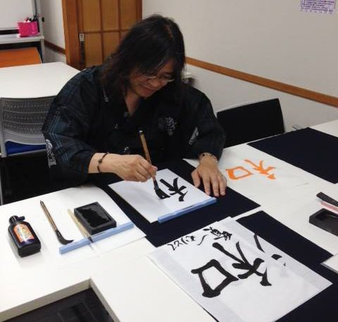 [Boys enjoy calligraphy] Calligraphy is charming in an analog sort of way and is therapeutic. Ponto-cho calligraphy event  I offer 90 minutes Japanese culture experience course in Kyoto (Nakagyo-ku)!! #Japanese #Calligraphy #Kyoto