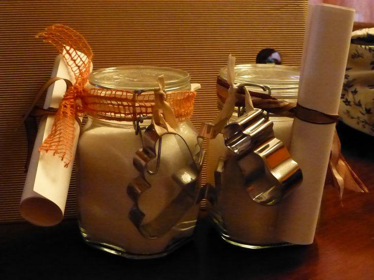 vaso regalo contenente ingredienti per fare biscotti con tanto di ricetta stampata e taglia biscotti