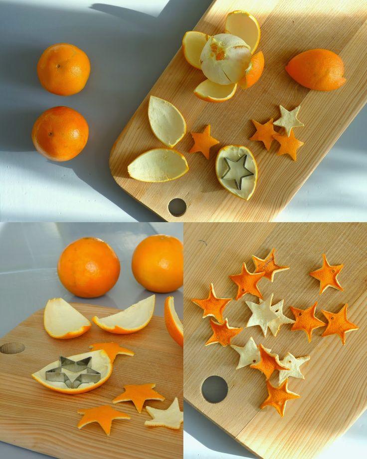 Einfach aus Mandarinen- oder Orangenschalen Sterne oder andere Motive ausstechen. Schöne Weihnachtsdeko. Sie sehen aber auch an einem Geschenk schön aus.