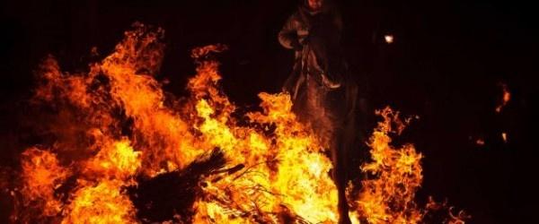 Al centro della Spagna, nel villaggio di San Bartolome de Pinares, i falò illuminano la notte, un centinaio di cavalieri saltano con i loro cavalli sopra le fiamme, per celebrare la festa di Sant'Antonio, il patrono degli animali.