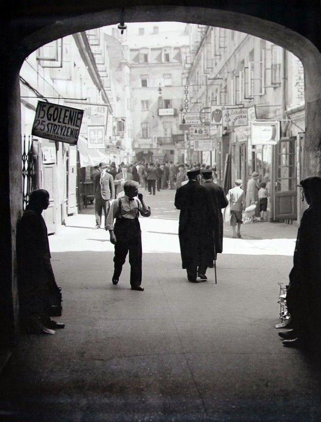 Dom Spotkań z Historią przygotował wspaniałą wystawę zewnętrzną. Możemy (po raz pierwszy w Polsce) zobaczyć na niej fotografie Warszawy wykonane przez Willema van de Polla, jednego z pierwszych holenderskich fotoreportażystów. Wszystkie zdjęcia zostały wykonane w 1934 roku, podczas dwóch wizyt fotografa - w maju i listopadzie. Holender fotografował zarówno nowoczesne (wówczas) budownictwo, jak i starą stolicę. Dziś jego zdjęcia mają niezwykłą wartość. Zobaczcie sami!
