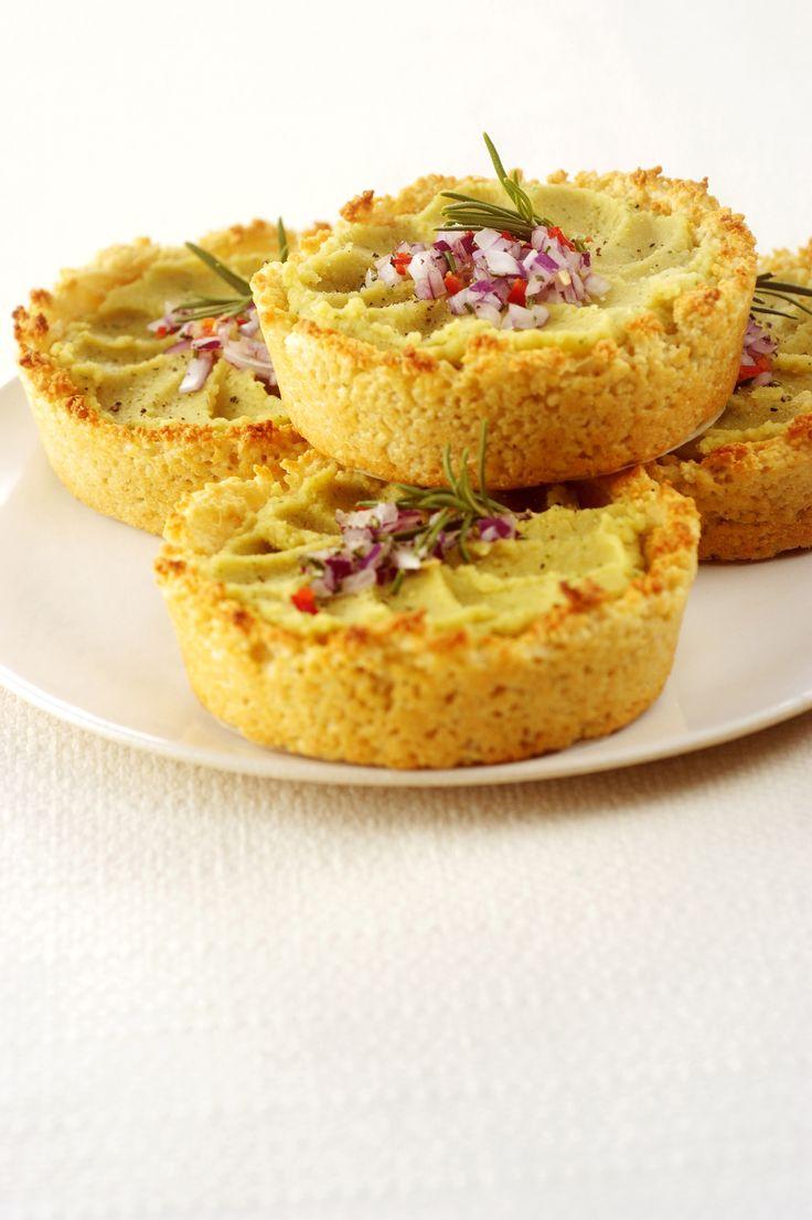 Scopri la ricetta di Sale&Pepe per preparare gustose tartellette con crema di ceci. Il cous cous si sostituisce alla pasta frolla come base.