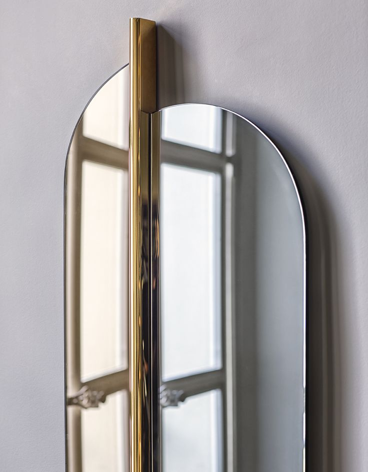 Miroir Totem en verre gris fumé et laiton, Red Edition - Grey smoked Totem mirror, plated brass frame, Red Edition