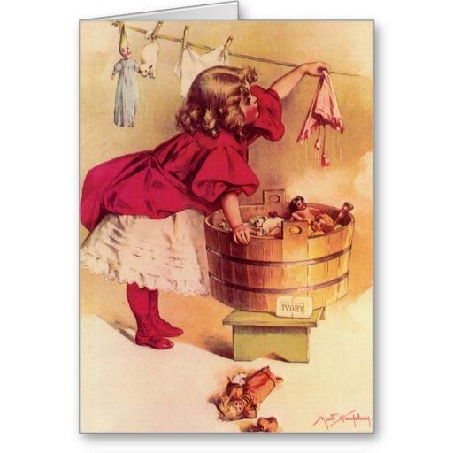het mooie werk van de kinderen vintage kunst door Maud Humphrey van meisje kleedde zich prachtig in een rode en witte uitrusting die rode laarzen en kousen hard bij het wassen van haar poppenkleren evenals haar pop dragen.