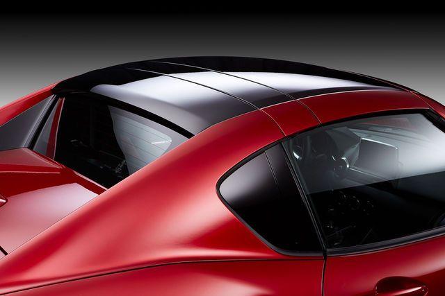 Mazda zeigt in New York mit dem MX-5 RF eine Modell mit elektrischem Hardtop. Per Knopfdruck wird aus dem Fastback ein Targa-Modell mit Coupé-Linie.