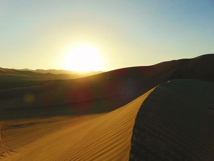 Zonsondergang in de woestijn van Huacachina, Peru. Een enorme klim, maar zo de moeite waard. Want wat een uitzicht! Om nooit meer te vergeten.