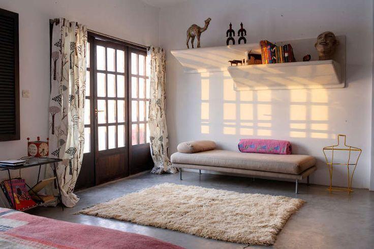 Спальня на втором этаже дома. Полы в спальне бетонные как и во всем доме.  (средиземноморский,архитектура,дизайн,экстерьер,интерьер,дизайн интерьера,мебель,спальня,дизайн спальни,интерьер спальни) .