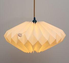Deze prachtige papier gevouwen hanglamp van Danielle Origami Lampen geeft prachtig zacht licht. De onderkant van de lamp is open en geeft ook boven de eettafel voldoende licht.