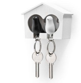To sjarmerende nøkkelring-fugler med sitt eget felles hus til å henge på veggen. Fuglene fungerer også som fløyter.Med denne vet du alltid hvor nøklene er :)
