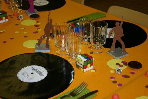 Bonjour me voilà de retour, et oui j'ai eu beaucoup de travail pour préparer mes 40 ans donc pas beaucoup de temps à consacrer aux créations je vous montre mes décos de table sur le thème des années 70 Les sets de tables sont réalisés en toile cirée noire...