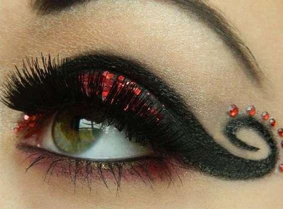 Maquillaje burlesque:  se consigue con un delineado intenso, color rojo, una línea gruesa que termine en curva y brillantes rojos.