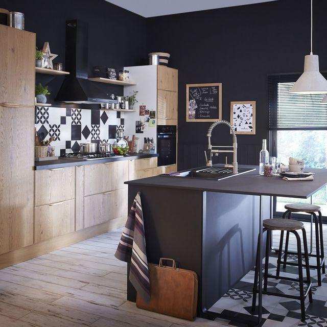 Ultra moderne, cet îlot de cuisine fait le lien entre salon et espace où le repas se prépare