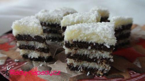 Nepečené řezy kokosíno.  Řezy jsou vhodné jako vánoční cukroví nebo silvestrovské občerstvení.
