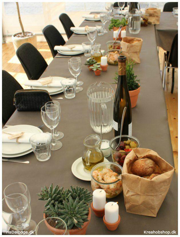 Inspiration og ideer til fester. Bordopdækning med italiensk tema med brød i papirpose #fest #fester #borddækning #konfirmation #italien #dug #servietter #bordpynt #bordkort