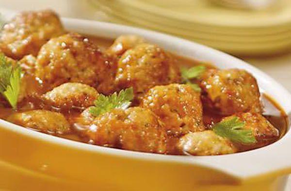 Dans un grand bol, mélanger ensemble le porc haché, l'oignon, la muscade, le clou de girofle, la cannelle et le persil. Assaisonner au goût. Façonner en boulettes...