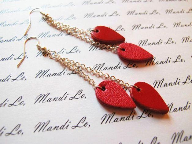 Boucles d'oreille en cuir véritable découpé manuellement, la couleur des boucles est inversée. Elles mesurent environ 8 cm. Tous les bijoux Mandilo sont montés sur apprêts de qualité répondant...