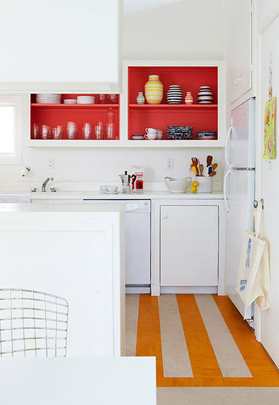 Detalhes coloridos dão profundidade à cozinha.