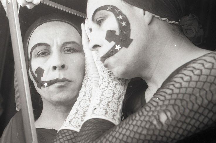 Para los artistas nacidos en los 90 en Chile, Lemebel fue una madre, una madre tierna que nos acurrucó en la rabia y la violencia, que nos enseñó a tener asco y a escupir, a escupirle en la cara a todos los viejos vinagres que, reprimidos y pinochetistas hasta la médula, debían morir en su …