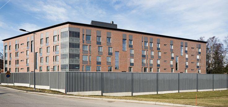 As Oy Sininärhentie 5, Espoo. Rakennuksen vaippa muurattiin ensin umpeen tiiliverhoilulla. Sitä keventämään ja personoimaan arkkitehdit valitsivat Muotolevyn Equitone-julkisivulevyistä sinisen ja harmaan Natura-levyn. Samalla julkisivulevyt suunniteltiin myös rappukäytävien ulkopuolisiin sisääntuloihin.
