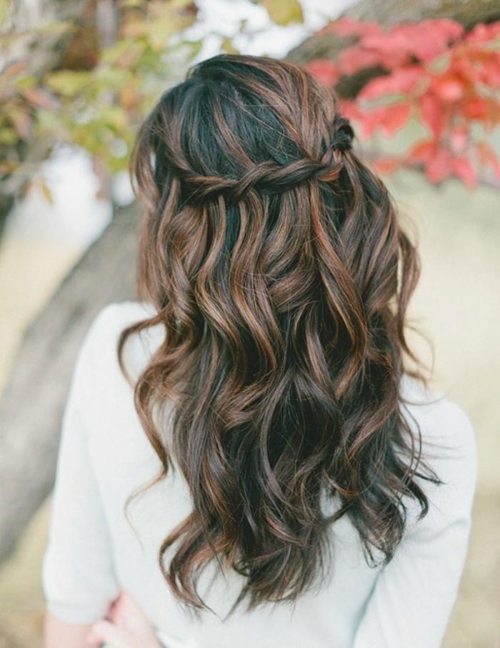 coiffure mariage bohème: cheveux avec mèches et tresse cascade
