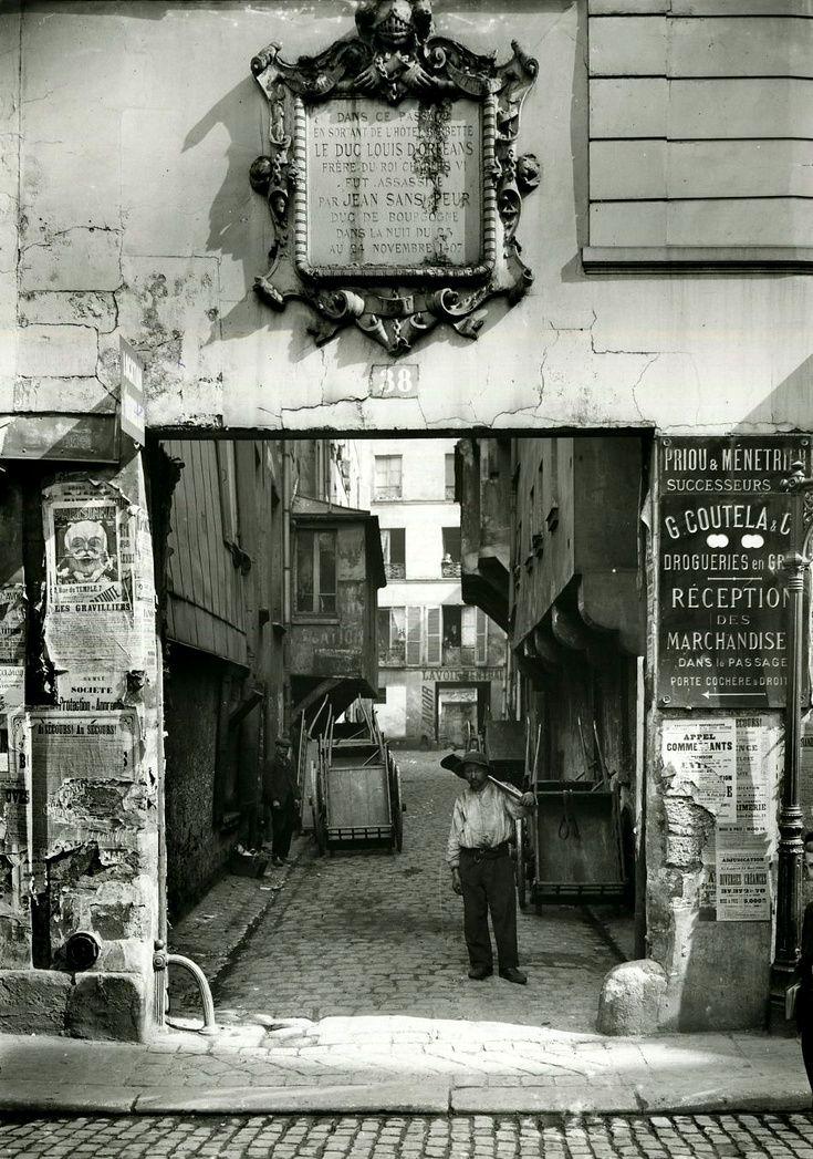 Photo de 1880. Plaque commémorative de l'assassinat du Duc d'Orléans, rue Vieille du Temple.