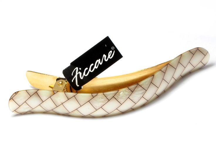"""Ficcare sælges over hele verden. Ficcare (FeKAARE) stammer fra det portugisiske ord """"Ficar"""" som betyder """"at blive."""" Det var inspireret af 3 søstre´s """"vision"""" to stay """"i erhvervslivet sammen og for Ficcares produkter """" to stay """"evigt hos kunderne. Ficcares samling af moderne og elegant hårpynt kendetegnes ved smukke og elegante produkter. Ficcare tilstræber hele tiden at designe unikke og moderne hårpynt, som er tidsløse og funktionelle. Alt Ficcare hårpynt er håndlavede og håndmalede."""
