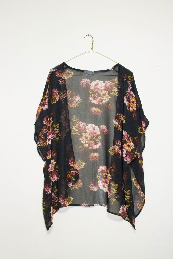 El kimono es muy bonito. El kimono es negro y rosado.