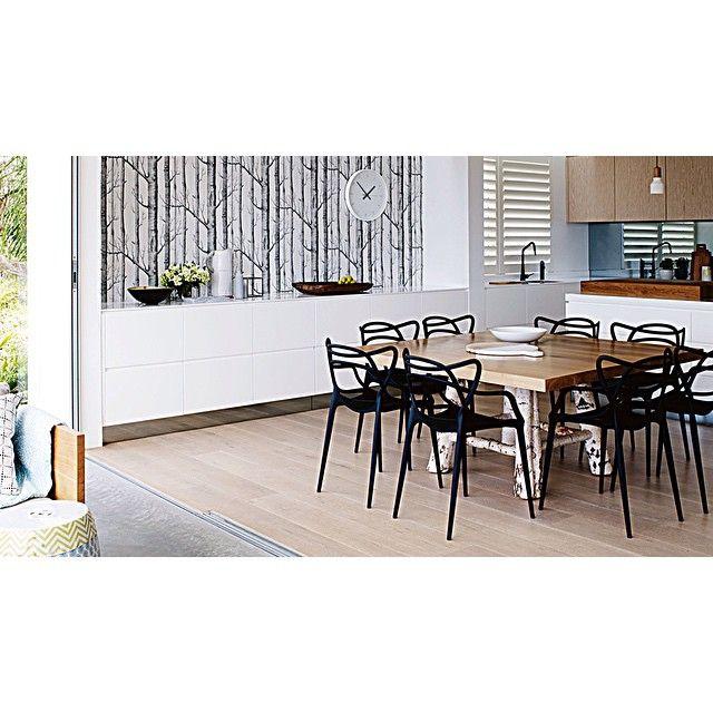 des chaises de jardin une vieille table qui en a vu d 39 autres un buffet suspendu pour faire le. Black Bedroom Furniture Sets. Home Design Ideas