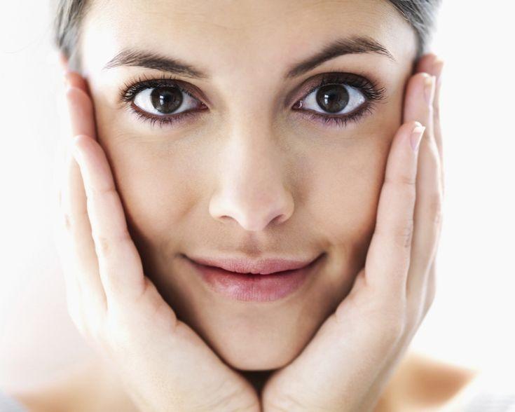Aparitia ridurilor in zona ochilor este primul semn al imbatranirii. Ridurile pot aparea mai rapid din cauza mostenirii genetice, a expunerii la razele ultraviolete sau a fumatului, potrivit Livestrong.com. Daca porti ochelari de soare, te dai