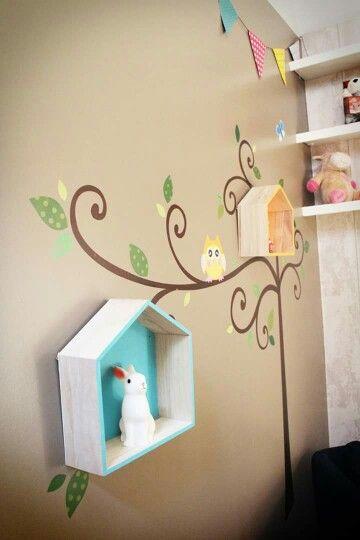 Idée décoration pour chambre bébé thème hibou étagères maison veilleuse