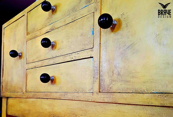 Rustikk, vintage, gul og ikke minst kul! Tøff kommode! Vintro kalkmaling og voks er så lettvint!!  Vintro kalkmaling og voks, og lakk gir deg alle verktøyene du trenger til oppussing av det meste innen kategorien møbler og interiør!   #vintrokalkmaling #kalkmaling #farger #malemøbler #oppussing #diy #redesign #gjenbruk #maling #kalkmalt #gul #kommode #vintage #rustikk