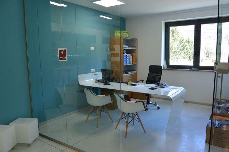 Un particolare dei nostri Glass Cube Office, la scrivania è stata realizzata da un artigiano locale e progettata dai nostri consulenti d'arredo.